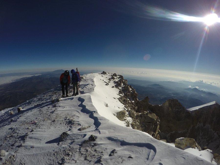 Cumbre Pico de Orizaba sobre nubes.